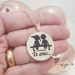 COLAR DE NAMORADOS APAIXONADOS NO BANQUINHO FOLHEADO A OURO 18 K