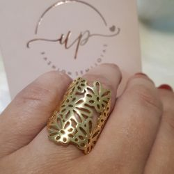 Anel flor e folhas com design vazado folheado a ouro 18k