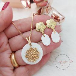 Colar madrepérola com flor folheado a ouro 18k