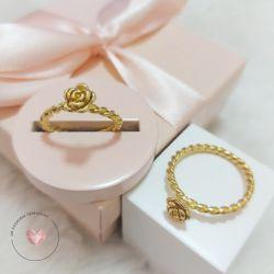 Anel com design trançado e flor folheado em ouro 18k