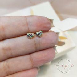 Brinco de coração mini cravejado com zircônia coloridas folheado em ouro 18k
